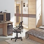bureau d'ordinateur dans la chambre