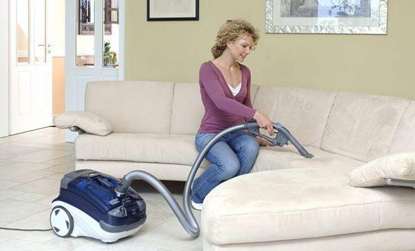 passer l'aspirateur sur les meubles