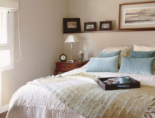Étagères colorées au-dessus du lit
