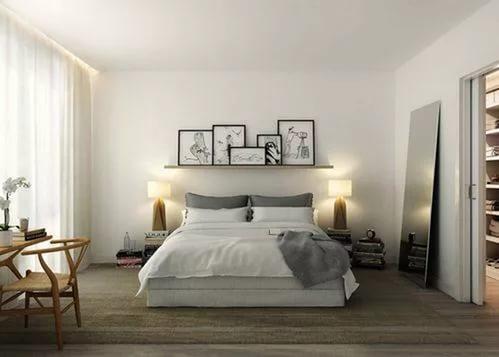 Mooie plank boven het bed onder de foto