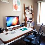 chaise d'ordinateur noire à la maison
