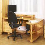 chaise d'ordinateur près de la table