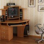 chaise d'ordinateur par la table gris