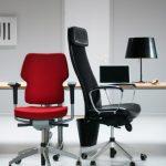 chaises de bureau rouge et noir