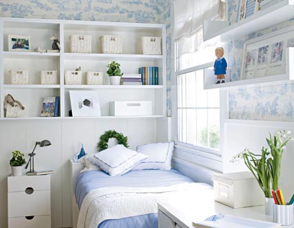 Kleine slaapkamer met een plank