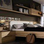 L'étagère murale au-dessus du lit est élégante.
