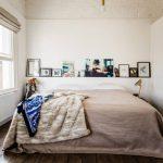 Etagère insolite au dessus du lit
