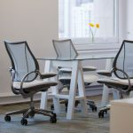 chaises de bureau blanches grises