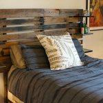 Etagère originale au dessus du lit