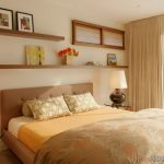Open planken in het interieur van de slaapkamer