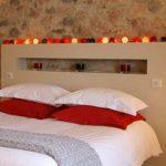 Étagère pour la décoration au-dessus du lit