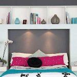 Decoratieve plank boven het bed