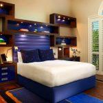 Leg het bed in de slaapkamer neer