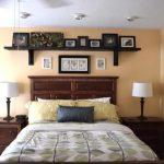 Étagères murales sur le lit photo