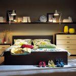 Etagères dans la chambre au dessus du lit