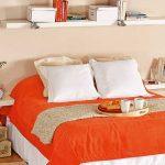 Simples étagères blanches au-dessus du lit