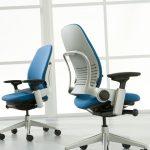 chaises de bureau blanches bleues