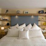Étagère élégante au-dessus du lit de bois