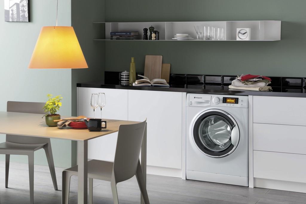 machine à laver dans la commodité de la cuisine