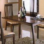 pöytä ja tuolit keittiöön