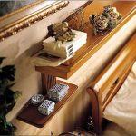 Des étagères pratiques au-dessus du lit