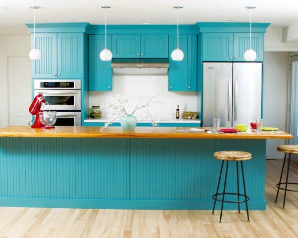 Ensemble de cuisine turquoise en combinaison avec des murs et un sol clairs