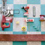 Materiaalit ja työkalut puisten hyllyjen valmistukseen