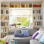 Leg boekenrekken rond het raam