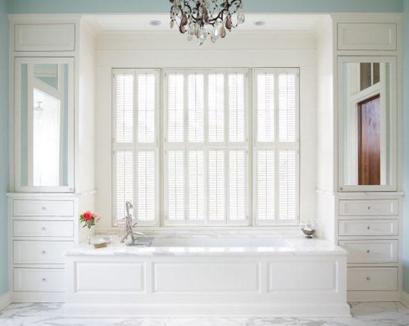 Garderobe rond het raam in witte bloemen