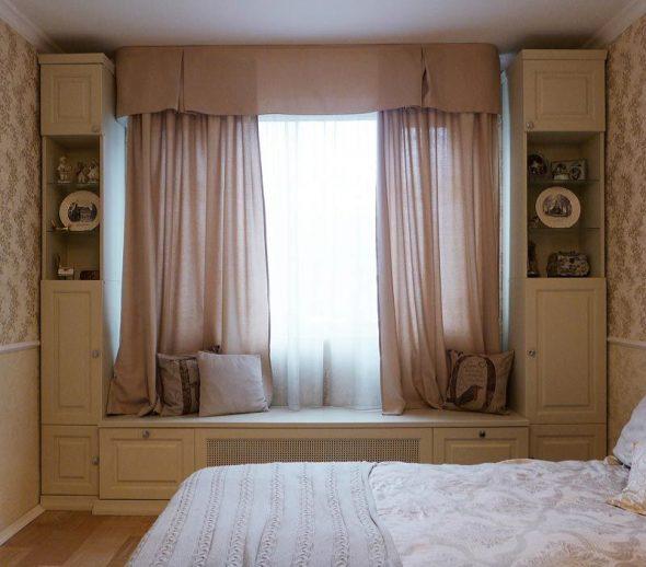 Kledingkast rond het raam in de slaapkamer