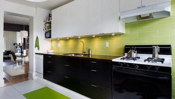 La combinaison de cuisine verte, blanche et noire à l'intérieur de la cuisine