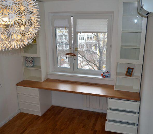 Tafel en kledingkast rond het raam