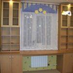 Tafel bij het raam in de kinderkamer
