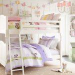 lit double blanc dans la chambre