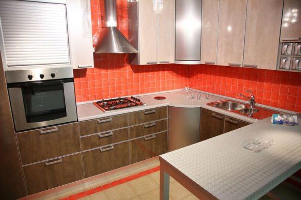 set de cuisine beige marron et tablier rouge
