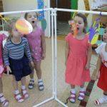 ילדים משחקים עם מסך
