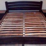 sänky, jossa on ortopedinen vuode makuuhuoneelle