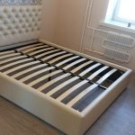 bed met orthopedisch beddengoed
