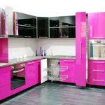 la cuisine est noire et rose