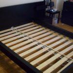 בסיס מיטה אורתופדית עם לוחות רחבים