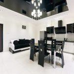Intérieur noir et blanc de la cuisine-salon