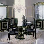 Les concepteurs adorent choisir des meubles noirs pour leur studio.