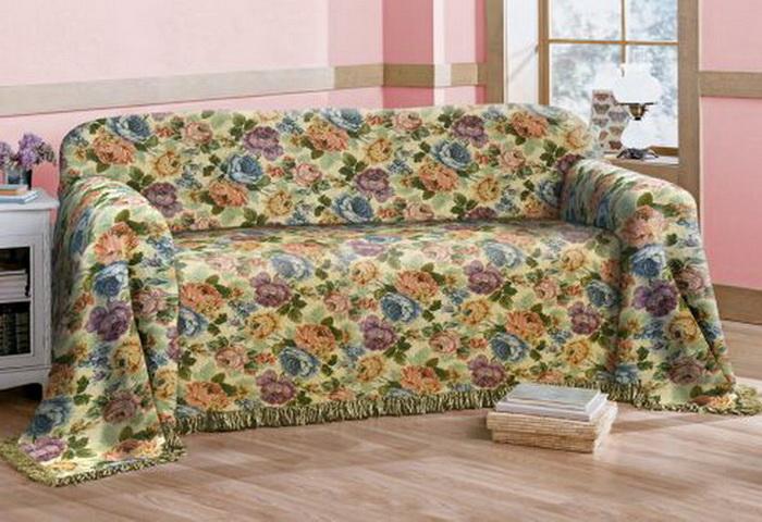 couverture tordue sur le canapé
