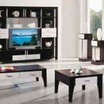 meubles noirs dans un salon bien éclairé
