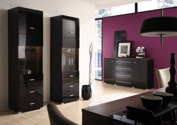 intérieur avec meubles noirs et murs violets