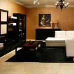 meubles noirs correspondent à l'image ou lustre forgé