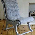 fauteuil avec couverture tricotée