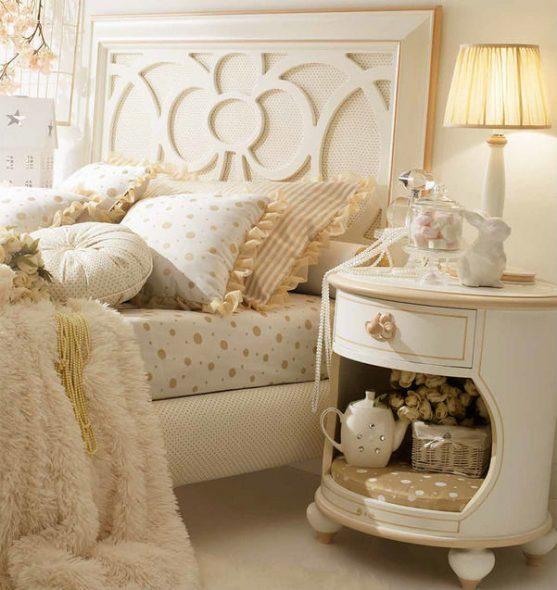 table de chevet avec décor