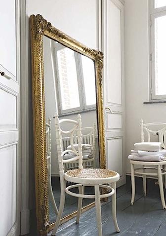 Grand miroir dans la maison
