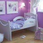 vauvan sänky, jossa on puskurit tytöille